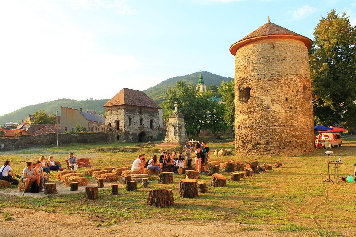 O seară de concursuri medievale și vizionare de film